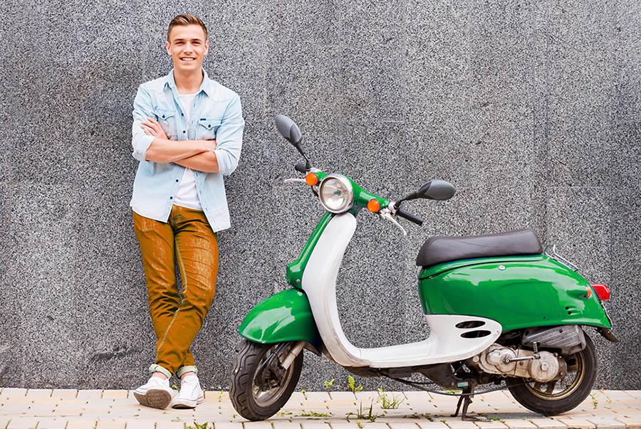 Un alumno con su ciclomotor después de aprobar el permiso AM de ciclomotor