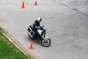Alumno de autoescuela haciendo prácticas de moto
