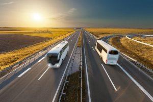Autobuses circulando por autovia
