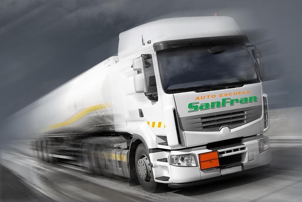 Camión cisterna transportando mercancías peligrosas ADR
