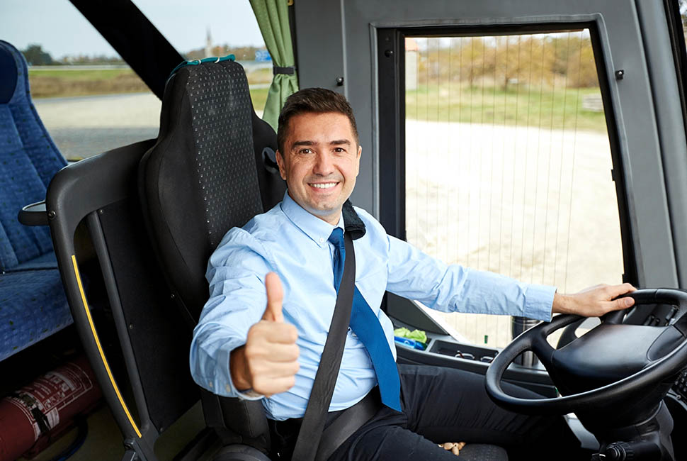Conductor de autobús al volante saludando