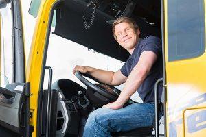 Camionero en cabina de una camión articulado de autoescuela SanFran